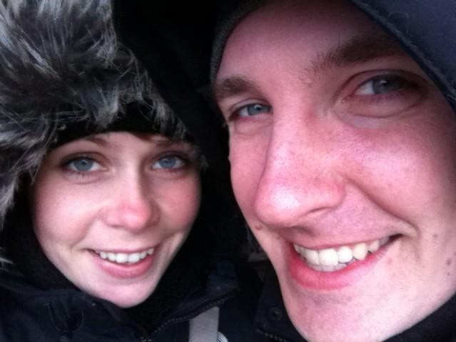 På väg till tåget i snöstorm. Ser gladare ut än vad vi kände oss...