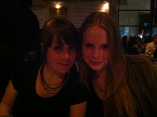 Här sitter jag och ser röd ut bredvid Izabella. Bilden snodd från Angelica (http://renhuvud.spotlife.se)
