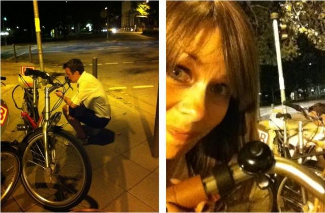 Eric låser upp lånecykel och jag poserar med min ringklocka. Don't ask.
