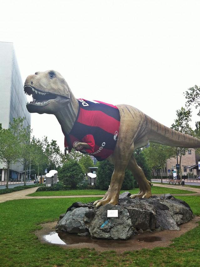 Jättedinosaurien utanför Naturhistoriska museet har fått på sig en fotbollströja i Frankfurts färger.