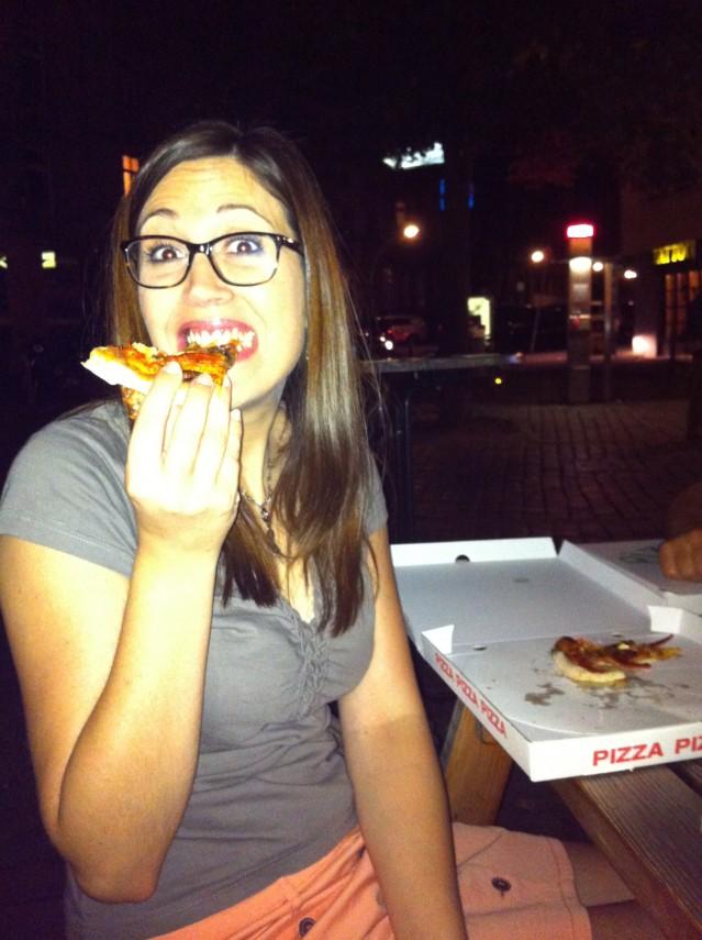 Yoli äter pizza.