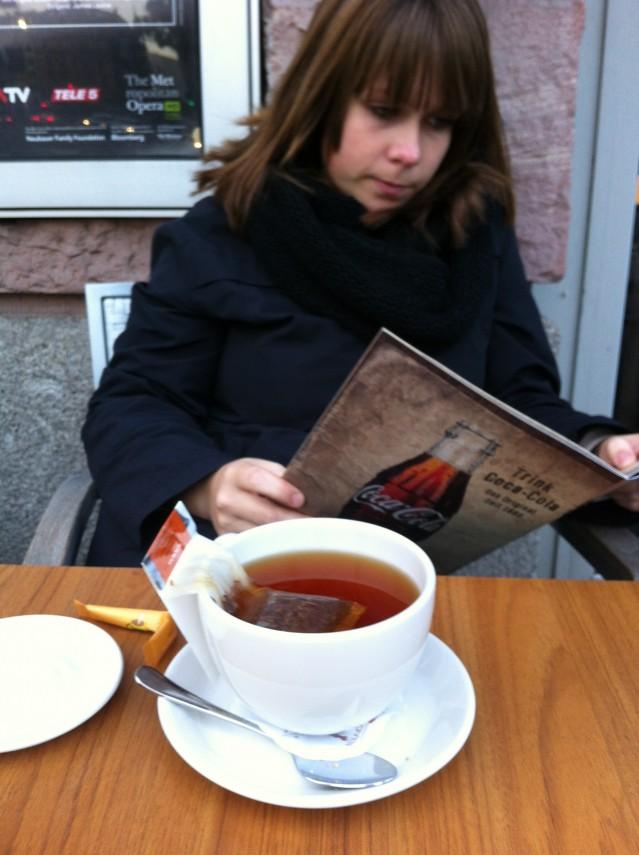Tar igen mig från arbetslösheten med en kopp te. Som sen förvandlades till en ceasarsallad, ett glas vatten, en frozen daiquiri razz och tittande på Gravity i 3D. Den läskigaste filmen jag sett sen Blair Witch Project.