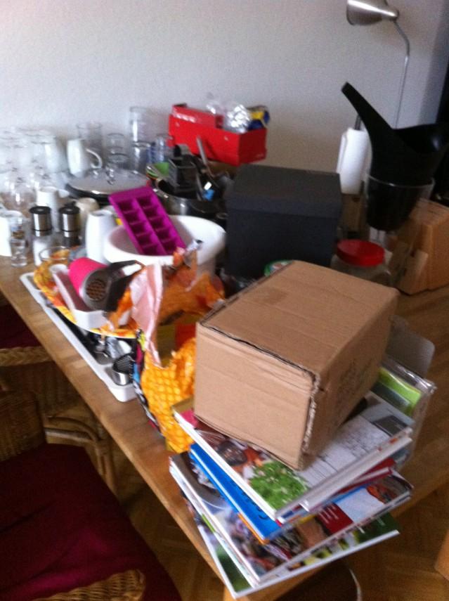 Allt vi hade hunnit packa in i köket har nu istället tagit över vardagsrummet.
