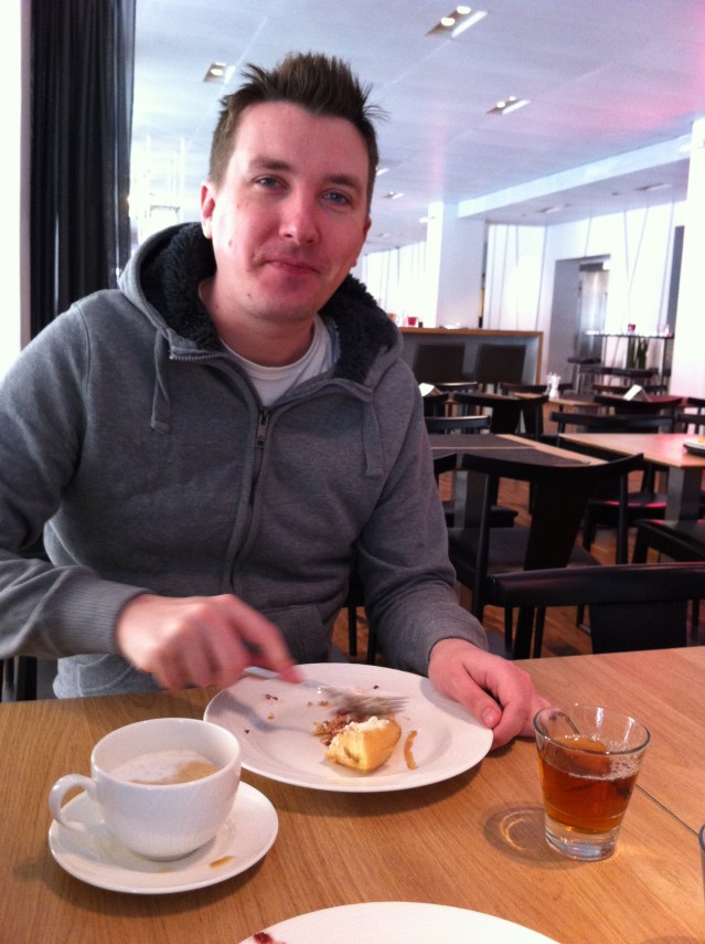 Eric äter våffla på hotellet